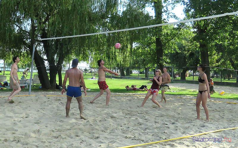 Homokos foci és röplabdapálya is van a strandon