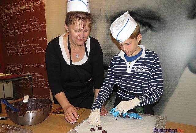 A Bálint-napi csokimester tanfolyamon készített édességeket haza lehet vinni.