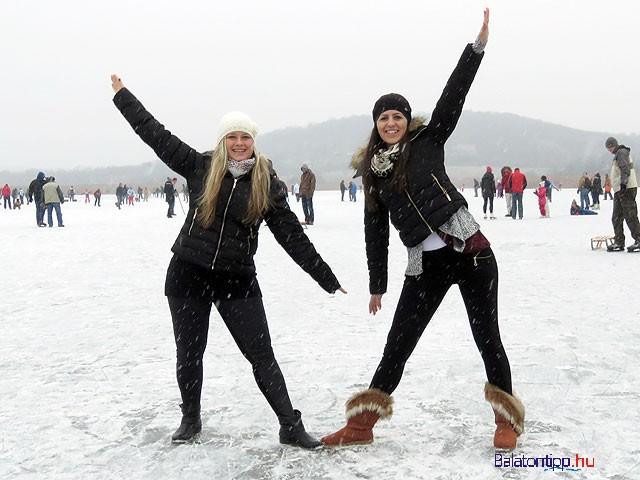 A Balaton helyett a tihanyi Belső-tó jegén csúszkáló lányok a kezdődő hóesésben január 23-án