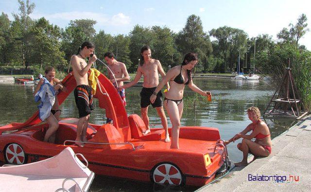 A strandot kettévágó csónakkikötőnél lehet vízibiciklit bérelni