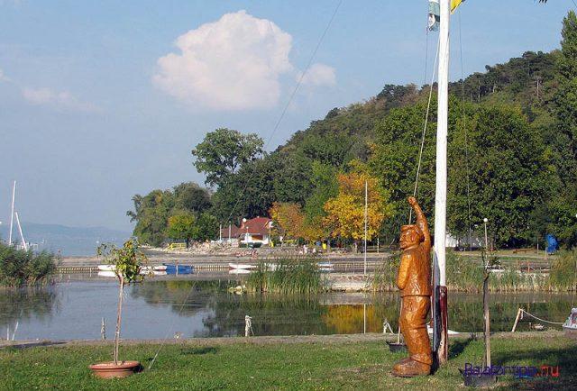 Még zászlófelvonó szobor is van :)