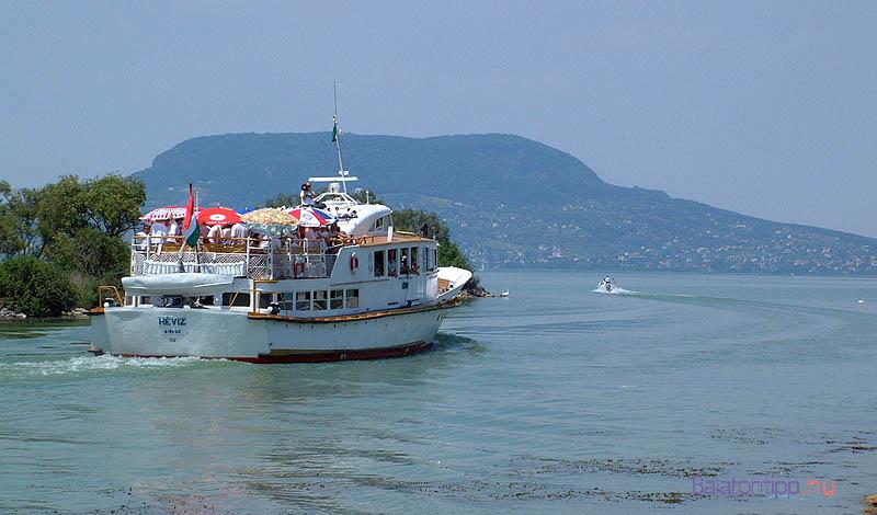 A fúvósokkal Badacsony felé indul a Hévíz motoros Fonyódról - 2002. június 21.