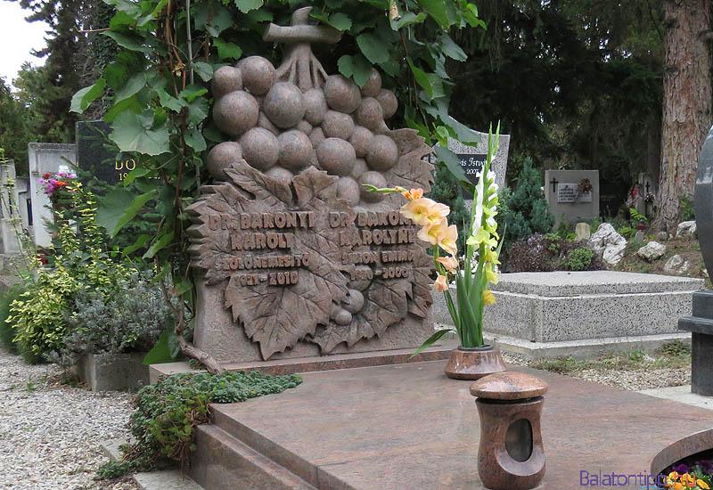 Bakonyi Károly sírja Keszthelyen a Festetics úti temetőben, a városi díszsírhelyek között található. GPS koordináták: É 46.75441 K 17.24034