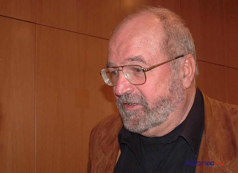 Bujtor István 2002-ben Siófokon a BFT ülésén, miután turisztikai célra hasznosítható szigetek építését kezdeményezte a kikotort iszapból