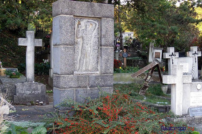 Egry József sírja a badacsonytomaji temetőben - A síremléken Borsos Miklós Vízre néző című domborműve
