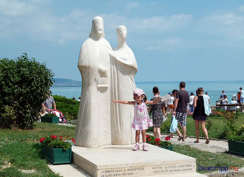I. András és felesége Anasztázia szobra Tihanyban az apátsági templom mellett
