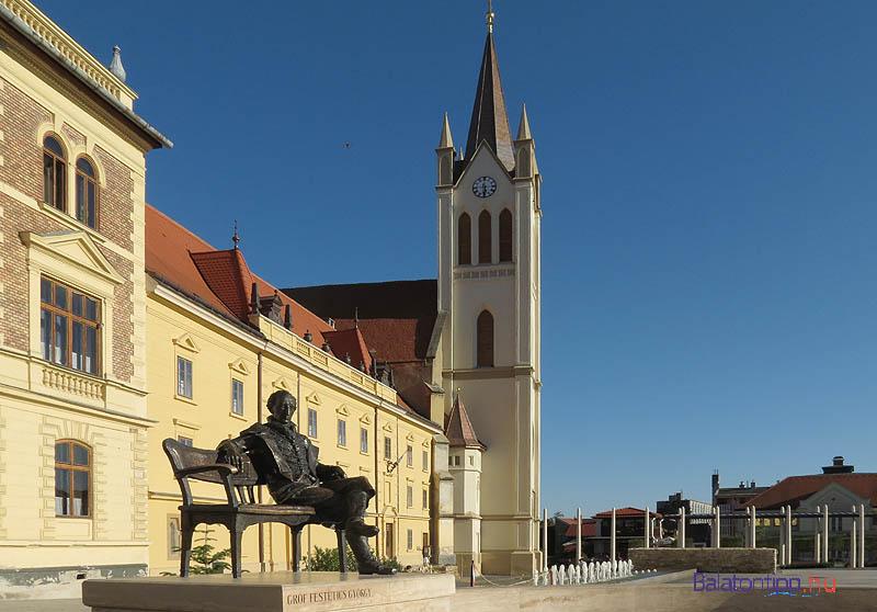 Festetics György szobra Keszthely főterén. A