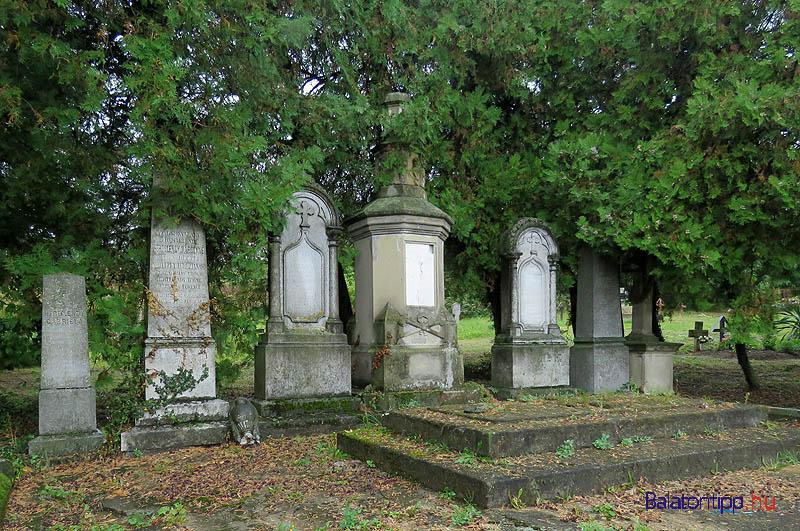 A környezet elrendezése szerint ez a Hertelendy-család síremlékének fő oldala