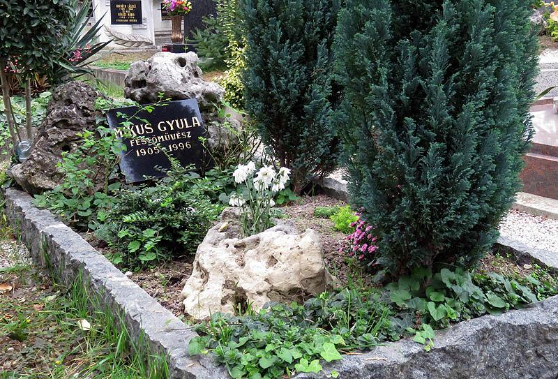 A 91 éves korábban bekövetkezett haláláig Keszthelyen élt, ahol a Szent Miklós temető díszsírhelyei között kapott nyughelyet, mint a város díszpolgára.