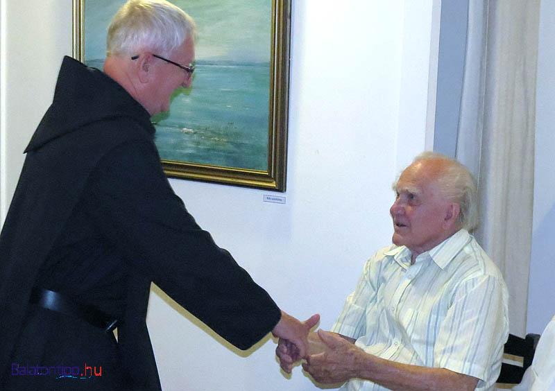 Korzenszky Richárd, a tihanyi bencés apátság perjele és a 89 éves Vágfalvi Ottó az Apátsági Galériában rendezett kiállítás megnyitóján 2014-ben