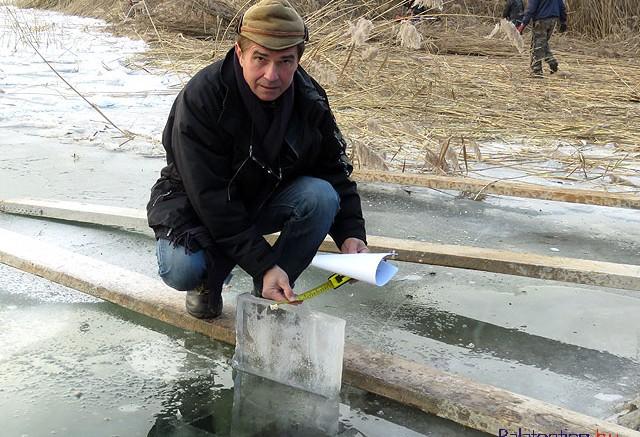 Pandúr Ferenc, az alsóörsi település üzemeltetési szervezet vezetője hét centiméter vastagságot mért a kiemelt jégdarabon.