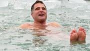 Ez ám az igazi strandszezon hosszabbítás - Schirilla  György a jeges Balatonban fürdött Balatonfüreden