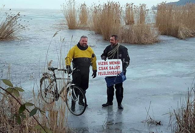 A speciális ruhába öltözött Bagyó Sándor (balról) és Dárdai Miklós a  jégen és víz alatt is közlekedő kétéltű biciklivel - fotó VMSZ