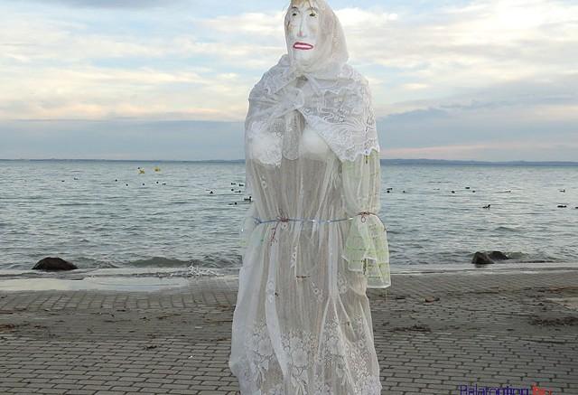 Alsóörs - máglyahalálra várakozó magányos kiszebáb a kiöntésre készülő Balaton partján