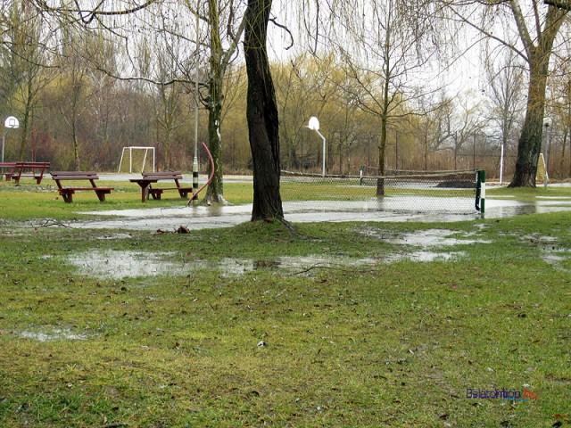 A magas talajvíz miatt már most nehezen nyeli el az esőt az ábrahámhegyi strand pázsitja - 2016.02.15.