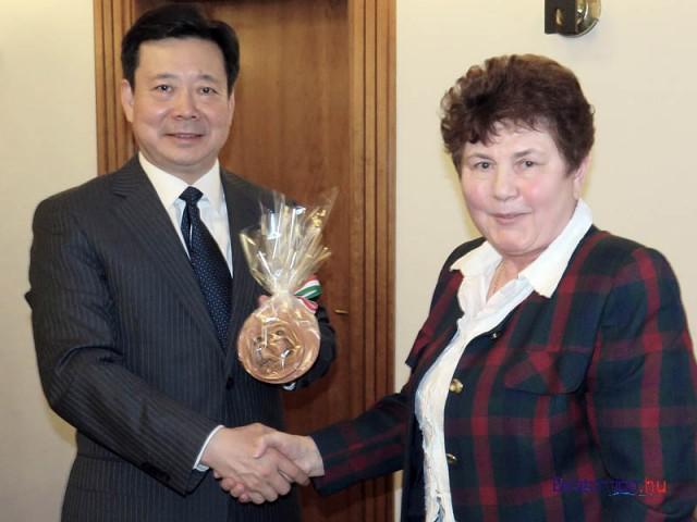 Kontics Ferencné a fűzfői civil szervezetek képviseletében köszöntötte a kínai pártvezetőt
