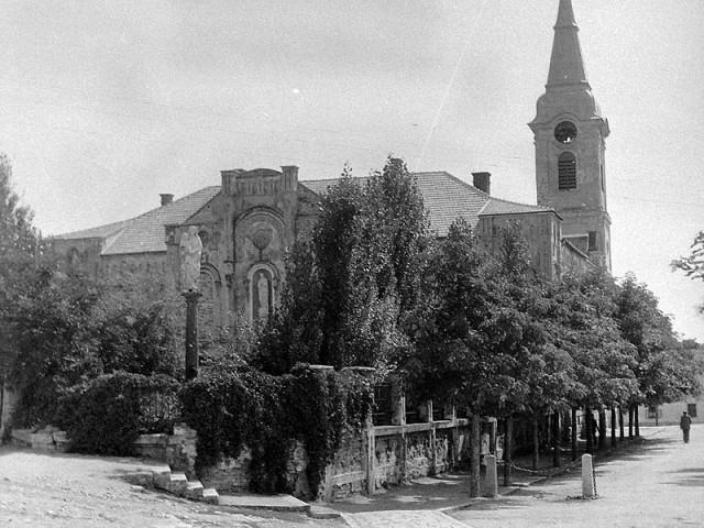 Egykor itt állt Tapolca vára a Nagyboldogasszony templom és az Irgalmas nővérek zárdájának helyén