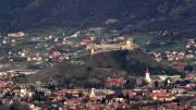 Így néz ki Sümeg a várral és a háttérben a Csúcsos heggyel hőlégballonból  400 méteres tengerszint, 200 méteres talajszint feletti magasságból