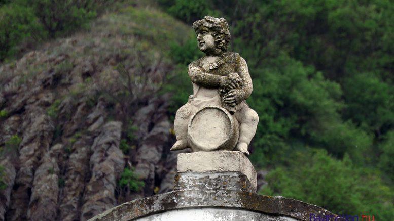 Elégedett lehet az idén a Szent György-hegyi borokkal a Lengyel-Tarányi-présház oromzatán trónoló ifjú Bacchus is