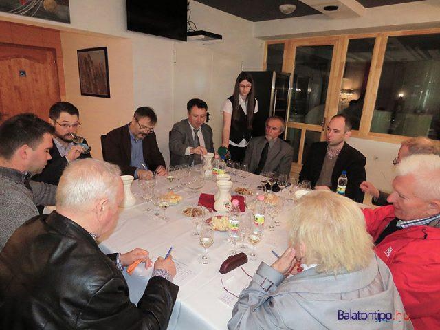 """A """"3-as"""" bizottság - Szemben fehér ingben, nyakkendővel Horváth Árpád, aki a legtöbb bort nevezte és aranyban is a legjobbak között volt"""