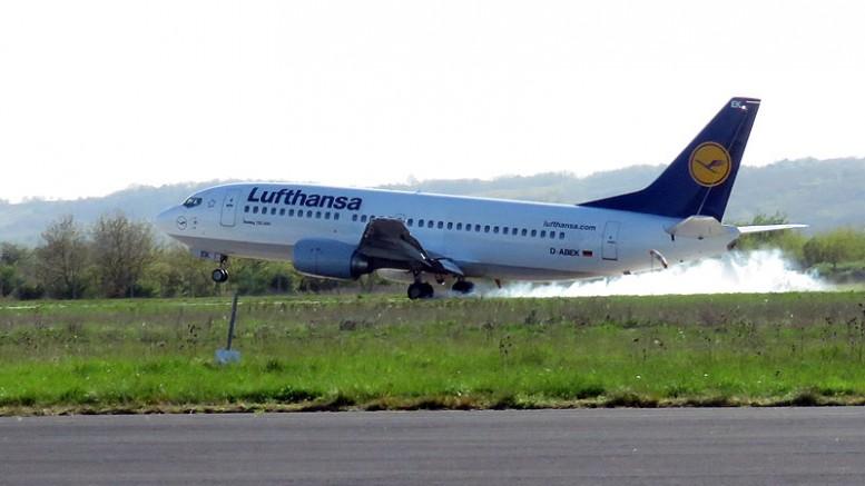 Látványos gumiégető landolással érkezett meg a Lufthansa jubileumi gépe