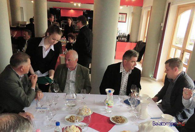 """Szemben jobbról Szászi Endre, balról Borbély Gyula az egyik bíráló bizottság tagjaiként - a bírálatok természetesen """"vakon"""" zajlottak, egy-egy bizottság tagjaira a borok harmada jutott"""