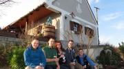 Borozó házigazdák és vendégek a Müller Borház előtt a tavalyi mandulás borünnepen az akali Kis-Les-hegyen