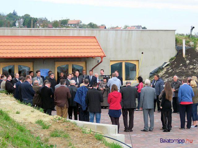 A borverseny és egyben a 21. Szent György-hegyi napok megnyitója Kiss István hegymagasi oldalon lévő új pincéje előtt