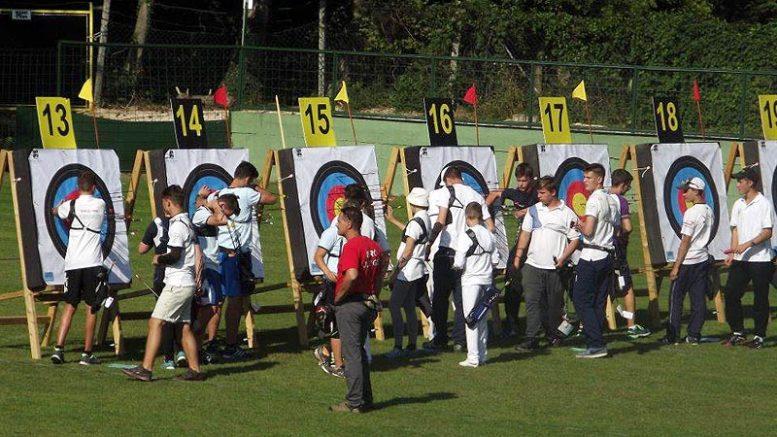 A képen a tavaly szeptemberben Hévízen megrendezett Közép Európa Kupa pályaíjász versenysorozat magyarországi fordulójának és egyben döntőjének a versenyzői - fotó önkormányzat