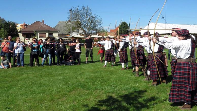 A hévízi, keszthelyi, nemesbüki illetőségű Kinizsi Íjász Egyesület tagjai skót szoknyában, angol íjakkal mutatták tudományukat.
