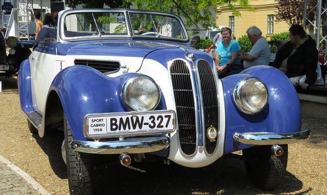 Egy 1938-ban gyártott BMW 327-es. A soros, hathengeres, 1971 köbcentis, 55 lóerős, négyütemű motorral a kocsi akár óránkénti 125 kilométeres sebességet is el tudott érni. Kabrió és kupé felépítménnyel egyaránt gyártották.