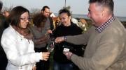 Meszleny László  kecskeméti vendégeket kínál Nagy Imre borával az akali mandulás borünnepen. Az idén finom marhagulyást főztek a bor mellé a feleségével