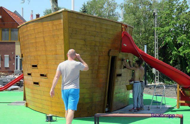 A part mellett még építették a játszótéri hajót
