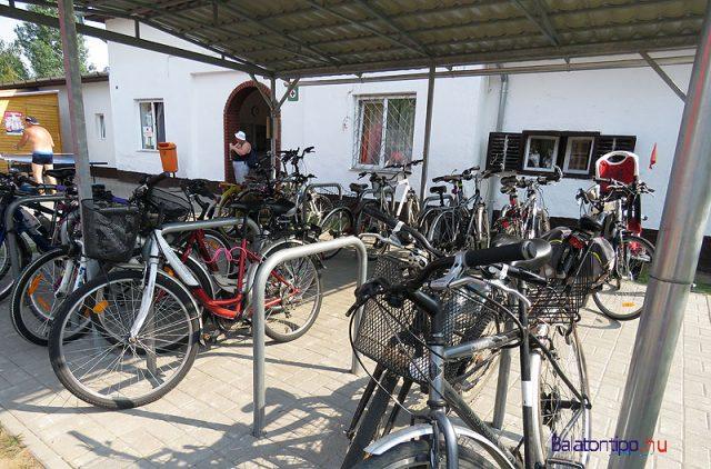 Fedett biciklitároló a strandon - fotó Győrffy Árpád