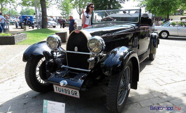 Egy Bugatti T44-es 1929-ből - egy 80 lóerős soros, nyolchengeres, 2992 köbcentis motor hajtja