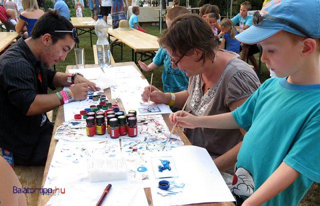 Üvegfestés és más kézművesprogramok egy korábbi paloznaki rendezvényen
