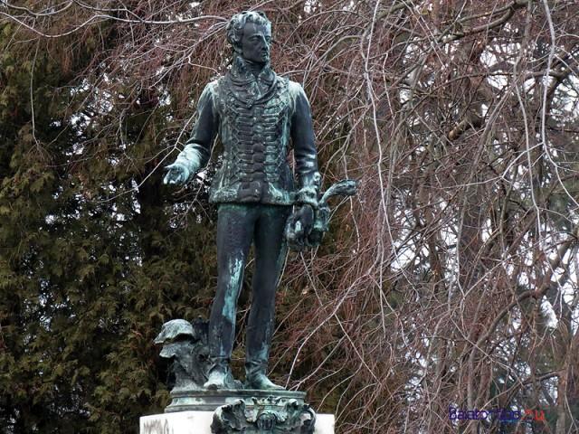 A rendezvényt elindító gróf Festetics György szobra a Helikon Kastélymúzeum előtt