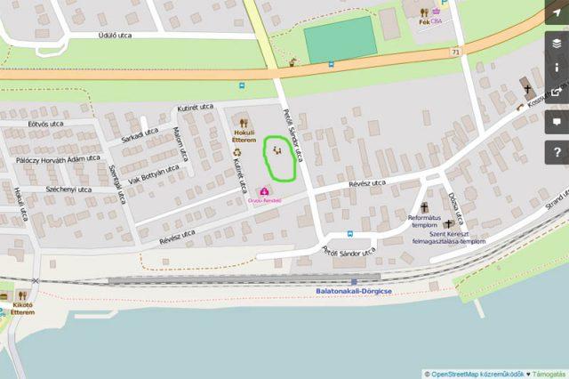 Az új park a vasútállomáshoz vezető Petőfi utca mellett található