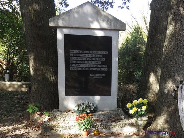 Balatonszárszói emlékmű József Attila első sírjának helyén