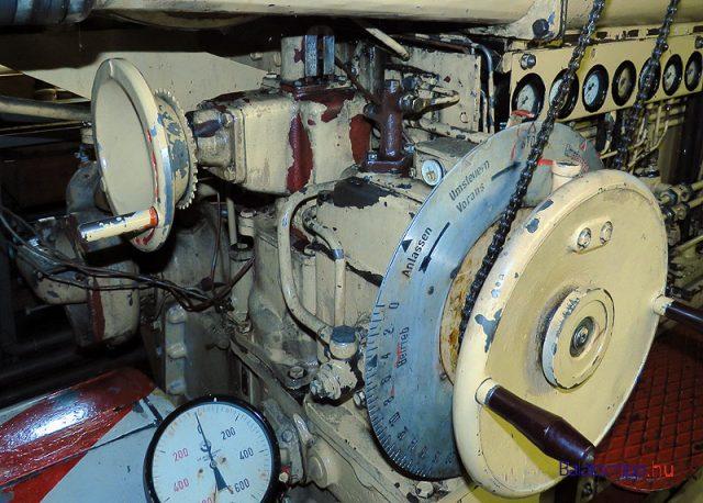 Az átalakított vezérléssel már a kormányállásból is lehet irányítani a motort