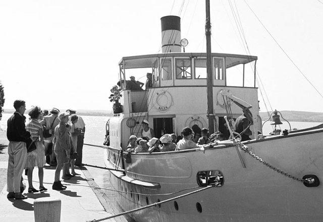 A Kelén a tihanyi kikötőben 1954-ben - bár itt még gőzgép hajtja, a formája már a maihoz hasonló