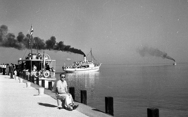Kelén csavargőzös a füredi kikötő előtt 1947-ben - fotó Fortepan.hu - Romák Éva