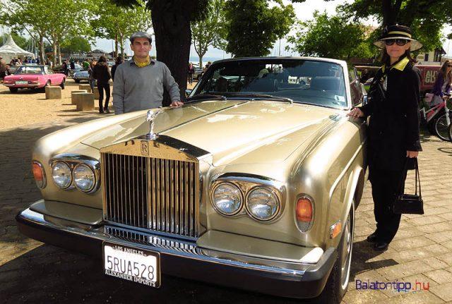 Egy fiatal, de nagyon szép 79-es Rolls Royce Cabrio a 2014-es kiállításról. Mellette a tulajdonosok, Gonda János és Vagyinszki Brigitta