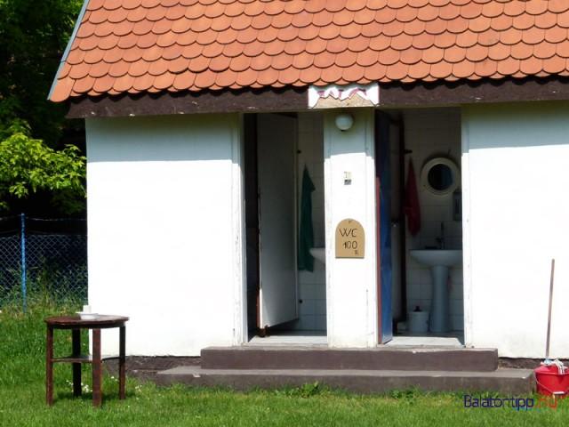 A széplaki Orgona utcai strandon azért lehetett eddig is fizetős vécé, mert tőle 20 méterre ingyenes is volt. A fizetősnél öt éve 100 forint volt a tarifa