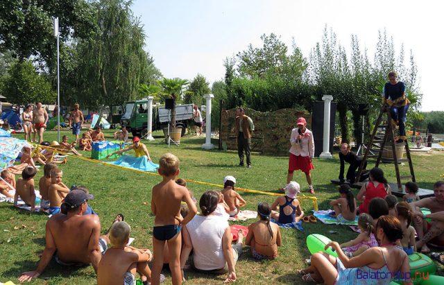 Mesejáték az Alsóörsi Strandszínházban - a gyerekelőadásokon nincs külön belépő, a strandjeggyel lehet megnézni azokat
