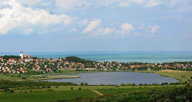 A tihanyi apátság és a falu a Belső-tó felől - Fotó H. Szabó Sándor