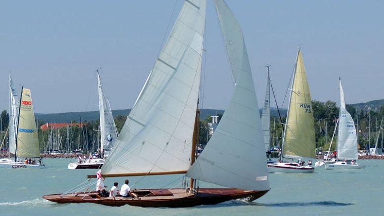 """A nyolcszoros Kékszalag-nyertes Tramontana - az """"Északi szél"""" - a füredi partok előtt"""