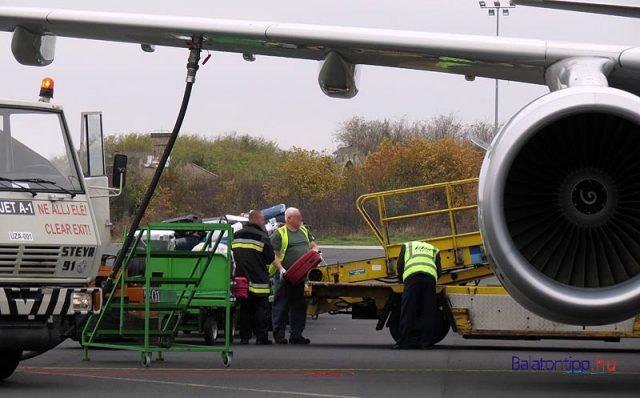 Induláshoz készítenek fel egy Airbus 321-es gépet a sármelléki repülőtéren