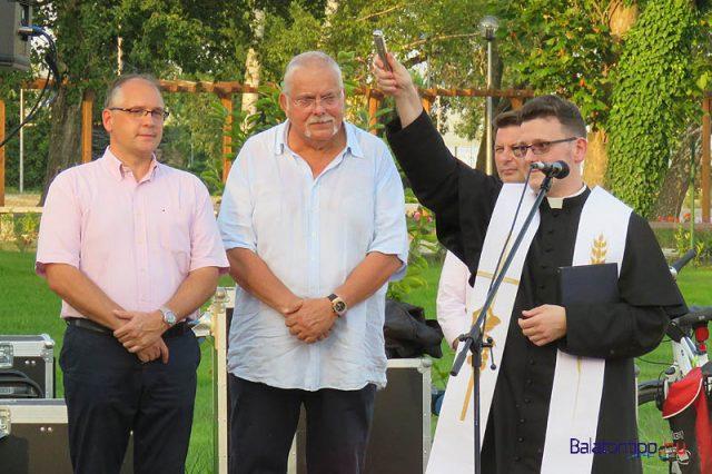 Berkes Péter áldást oszt a kikötőre és a jelenlévőkre