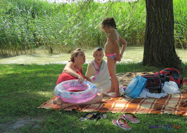 Anyuka-gyermekkel-Balatonbereny-kozsegi-strand-balatontipp-gyorffya